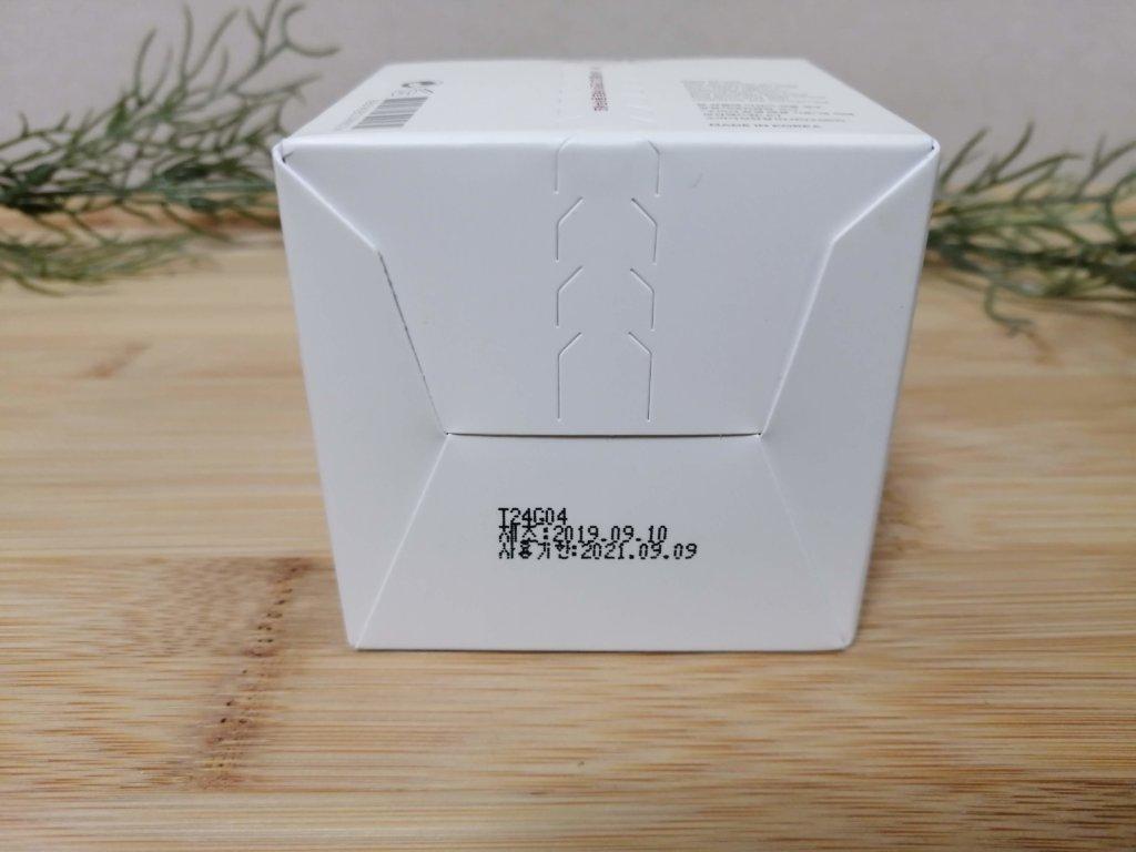 箱にはハングル文字と英語で記載されています。成分と使用方法。